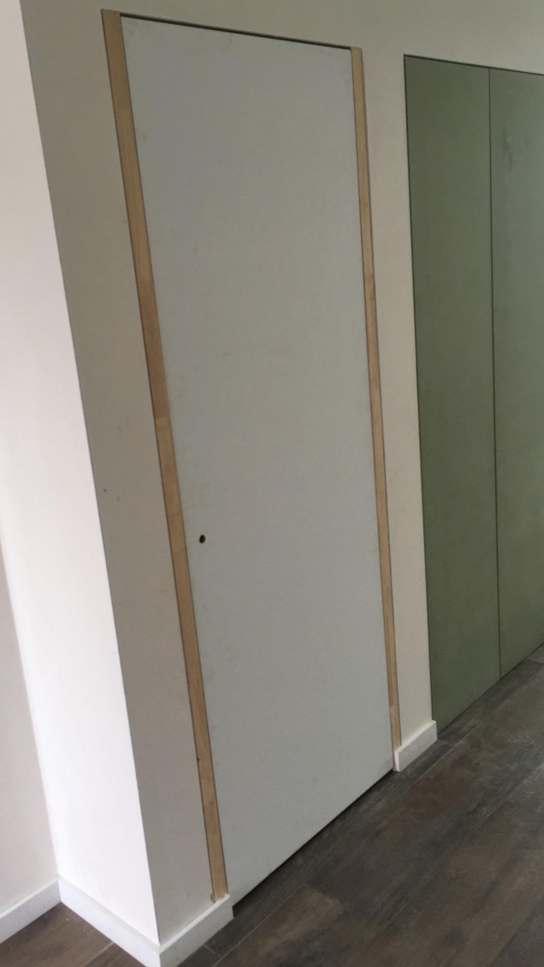 Blokdeur maatwerk rubberwood omkasting + maatkast nis inkomhal