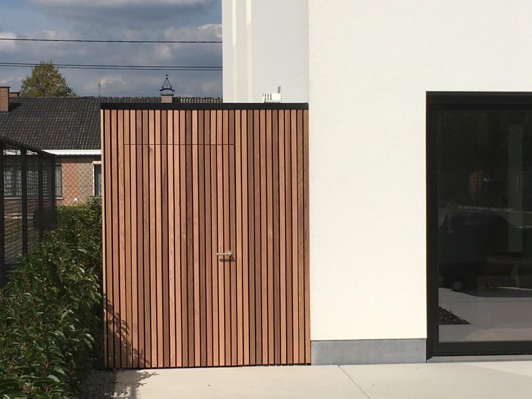 Tuinhuis ceder latjes op betonnen dek, afwatering goot, indraaiende deur met epdm dakafwerking